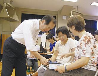 タブレットの使用法を稲田氏(左)が指導               =18日・松田中学校