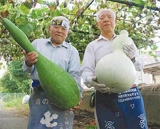 大きなひょうたんを持つ白石会長(右)と岩田さん=20日・上大井駅