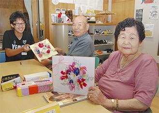 中学生と造花の壁掛けづくり=19日・大井町社会福祉協議会デイサービスセンター