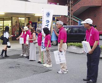 街頭に立つメンバー