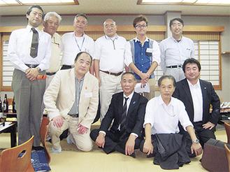 支部のメンバーが集まり30年を祝った=14日・ばんらい(猟友会 南足柄支部提供)