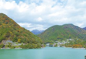 色づき始めた丹沢湖周辺の山々            =28日・山北町玄倉「境橋」周辺