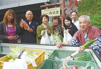 トラックの荷台に積まれた野菜は宿泊客にも人気