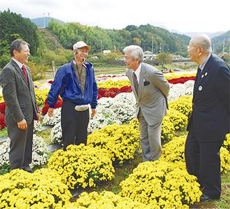 栽培方法などについて説明を聞く並木市長(中右)と中野会長(右)  =5日・南足柄市矢倉沢地区