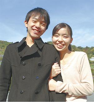 「お寺らしい結婚式に期待しています」と伊藤夫妻  =16日・山北町の自宅付近