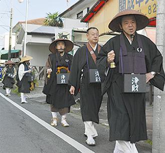 僧侶が町中を練り歩いた