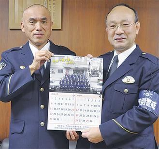 山口署長(左)とカレンダーを監修した川島警務課長    =16日・松田署