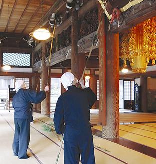 長い笹を使ってほこりを落とした=13日・最乗寺