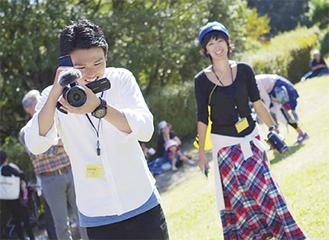 撮影する秋吉さん(左)