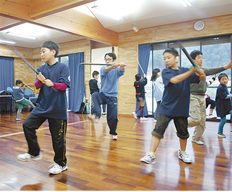 真剣な表情で練習に励む子どもたち=21日・南足柄市矢倉沢公民館
