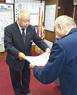 感謝状を受け取る露木さん(左)=4月13日・松田警察署署長室
