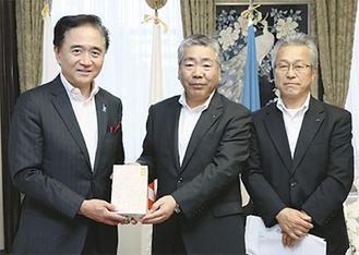 沼田社長から黒岩知事に新茶が手渡された=19日・県庁知事室