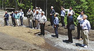 山体崩壊の現場を視察するメンバー