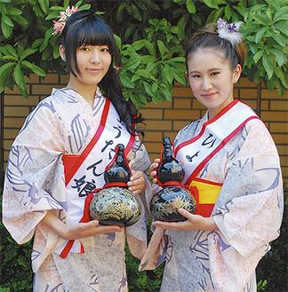 第19代ひょうたん娘に選ばれた石川さん(左)と杉山さん =13日・大井町生涯学習センター