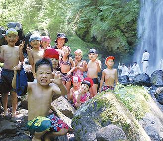 滝で遊ぶ子どもたち =14日・夕日の滝