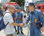 入団を決めた小宮さんに握手を求める桜井団長