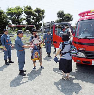 団の活動をPRする消防団員         =7月11日・開成幼稚園