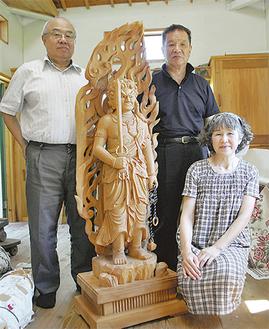 不動明王像を囲む喜代美さん(右下)、島村さん(左)、三浦さん(右上)
