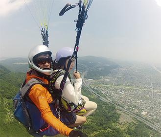 山崎さん(左)とフライトをする記者(右)=20日・松田山上空