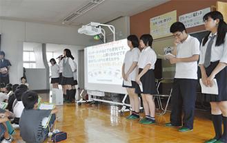 画面を使って小学生に説明する放送部員たち