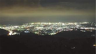 大野山からの夜景。手前は山北町、奥は相模湾、右奥は小田原方面 =8月10日