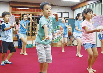 「やーっと」と声を出して練習に励む紫粋連の子どもたち