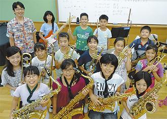 9月12日と13日の本番を前に練習する子どもたち(左上は本澤代表)=8月29日・開成南小