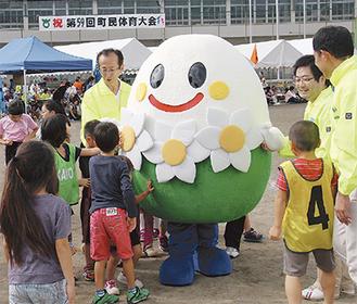 子どもたちに人気の『すいっぴー』=18日・湘光中学校グラウンド