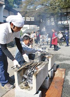 境内にさんまを焼く香ばしい匂いが広がった=24日・大雄山最乗寺