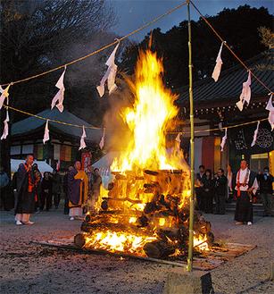 福木を囲み読経する僧侶ら=7日・東福院