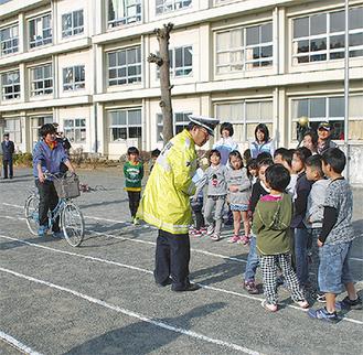 自転車の乗り方について学んだ=7日・川村小学校