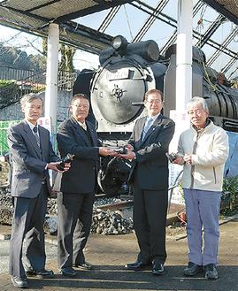 左から山室さん、菊地さん、湯川町長、恒松さん   =1月19日・山北鉄道公園