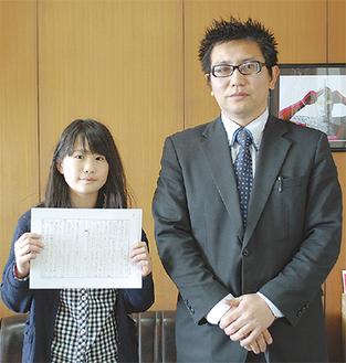 受賞を喜ぶ荘司渚さん(左)と関野祥一先生(右)