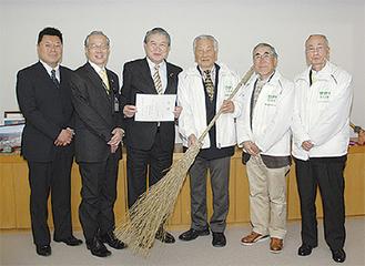 市役所を訪れた会のメンバー(右)