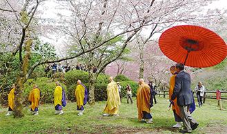 施餓鬼会の法要に向かう僧侶の列 =最明寺史跡公園