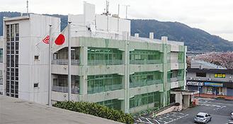 壁の落下防止ネットに覆われる庁舎 =開成町役場