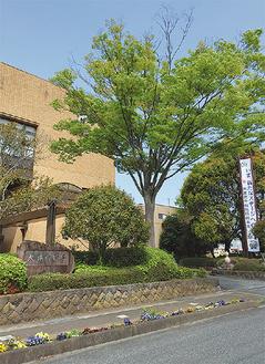 60周年をPRする庁舎前の懸垂幕 =大井町役場