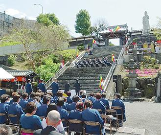 祭壇で手を合わせる遺族(階段手前) =香集寺