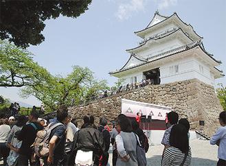 入場者の波が途切れることがなかった5月1日=小田原城天守閣・本丸広場