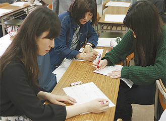 商品企画の練習をする学生