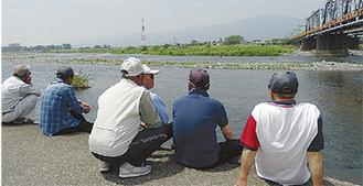 試し釣りを見学する太公望たち =小田急線高架下