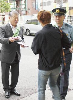 加藤市長と鎌田松田警察署長=大雄山駅前