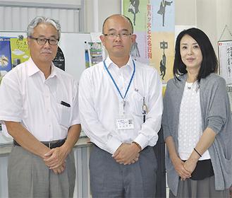 本山会長(中央)、香川事務局長(左)、川口さん(右)=観光協会事務所