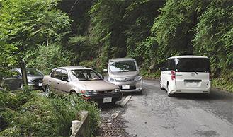 進入禁止の林道に車が大挙している =県営玄倉林道