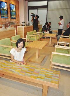 かまぼこ板を使ったベンチとデザイナーの伊藤さん