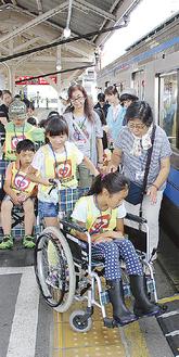 車いすで電車に乗る体験をした=大雄山駅