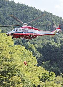 要救助者を想定した隊員を抱えヘリに収容した