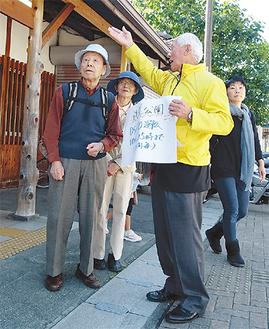 道案内で観光客をもてなす荻野さん          =JR山北駅前