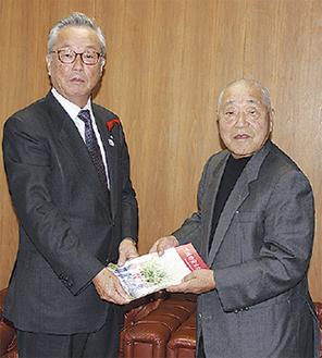 間宮恒行町長に冊子を手渡す田嶋享顧問(右)