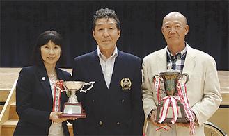 神田会長(中央)と総合優勝の小峰さん、女子優勝の松永さん